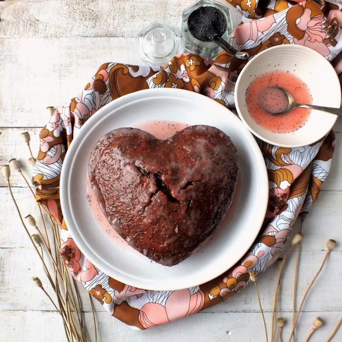 recette diner romantique à la maison sucrée au chocolat noir et sirop de fraises, mini gâteau romantique au chocolat en coeur