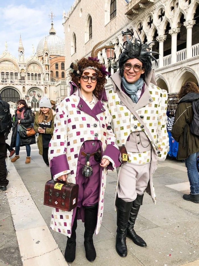 Hipster couple en Venise avec costumes excentriques, idée déguisement carnaval, choix pour se déguiser bien