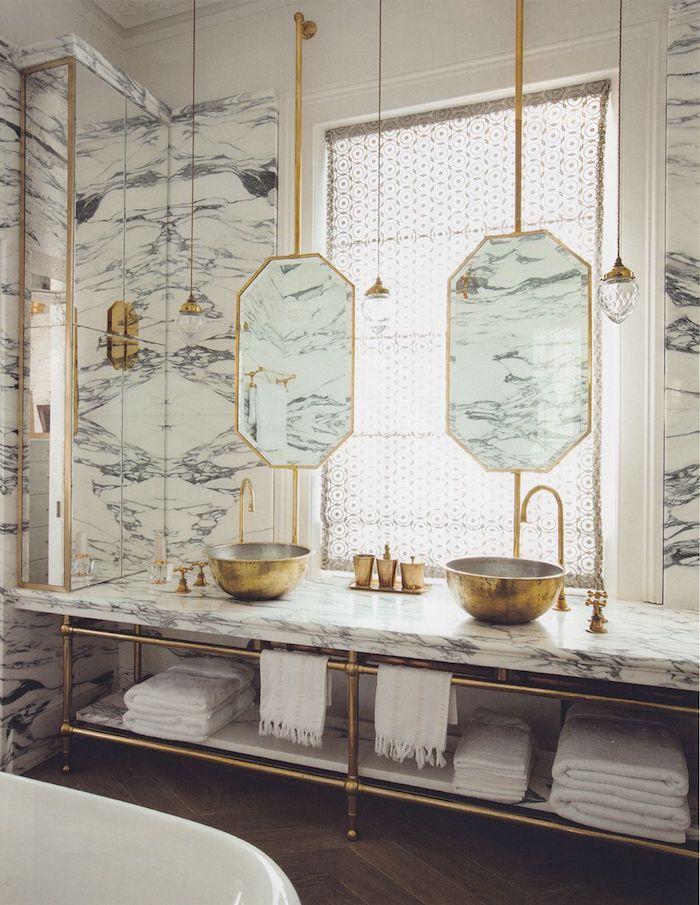 Lavabo ronde comme bol en or, deux miroirs en haut, salle de bain de luxe marbre, idée salle de bain blanc marbre