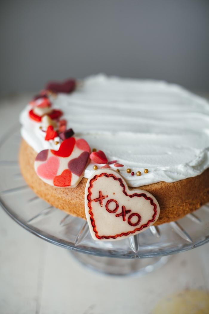 dessert facile comme idée repas amoureux, gâteau à la génoise prête décoré de crème fraîche et petits coeurs comestibles
