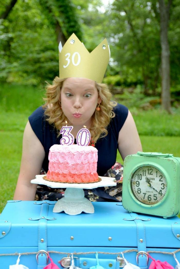 exemple de coin photobooth pour un anniversaire 30 ans femme avec objets rétro style de couleurs flashy et gâteau ombré