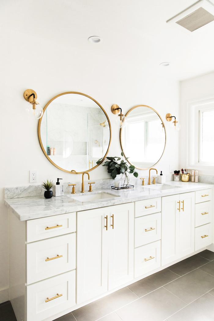 Ronde miroir en haut de meuble lavabo double, salle de bain en marbre blanc, beauté dans la simplicité design