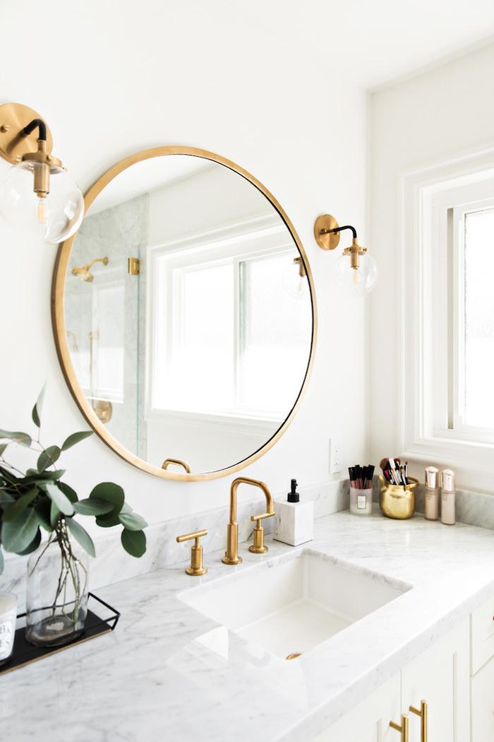 Détail de la salle de bain marbre blanc et or, cool idée comment décorer la salle d'eau simple et moderne décoration