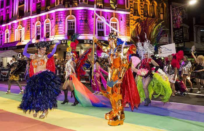 Pride costume carnaval, tapis couleurs de l'arc en ciel, comment se déguiser pour un carnaval