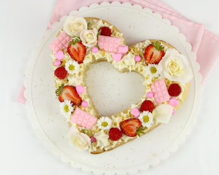idée comment faire un gateau en coeur facile, recette gâteau aux génoises prêtes et fromage blanc décoré de fleurs et fruits