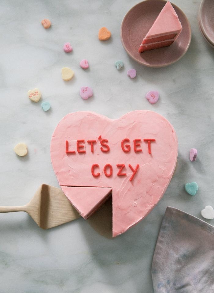 petit gâteau au glaçage rose pastel sous forme de coeur comme une idée repas amoureux pour la fête de l'amour