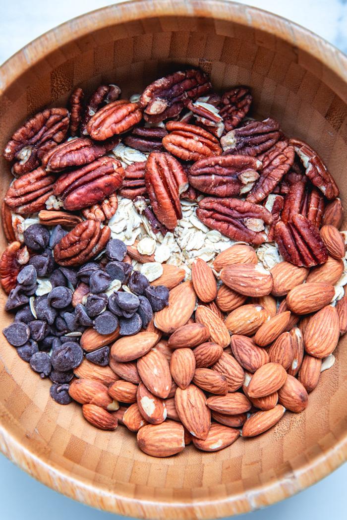 gouter équilibré à faire avec flocons d avoine noix de pecan, amandes, pepites de chocolat, barre protéinée maison