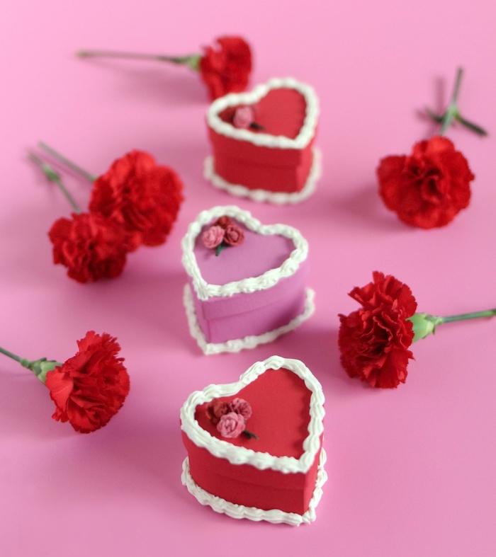 idée repas amoureux avec mini desserts préparés maison, petits gâteaux romantiques en forme de coeur au fondant rouge et crème fraîche