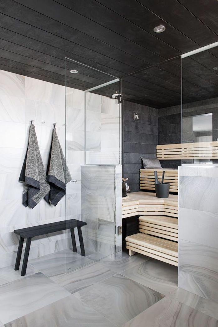 Bois naturel pour une sauna à la maison, salle de bain en marbre, intérieur salle de bain marbre blanc et noir bois banc rangement