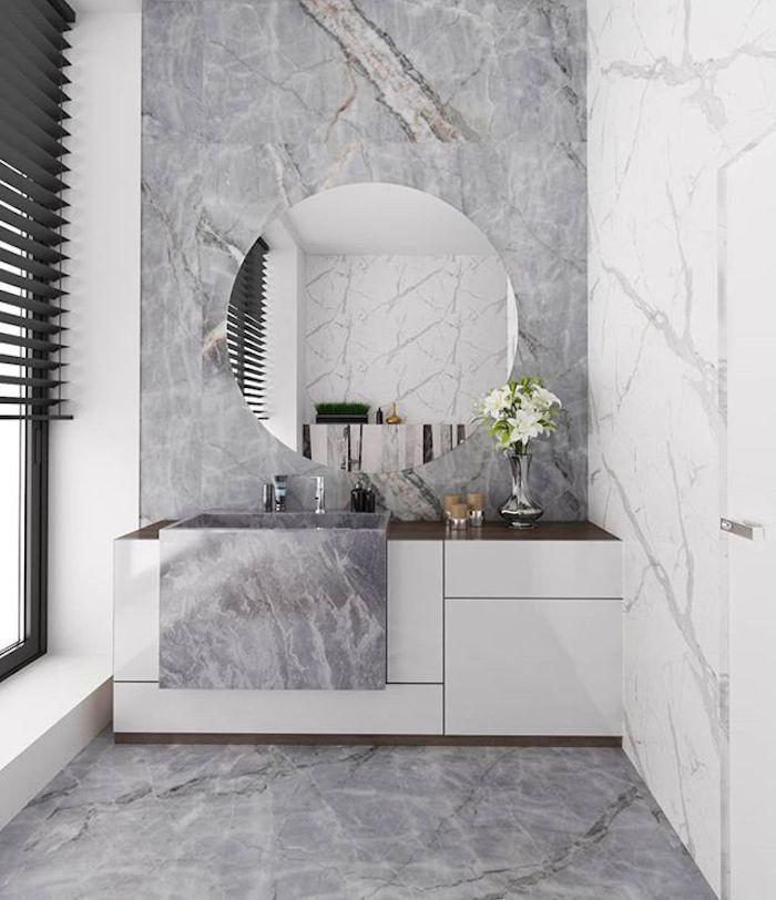 Grand rond miroir en haut du meuble lavabo en marbre gris et mur marbre blanc, idée meuble salle de bain marbre, amenagement salle de bain lux