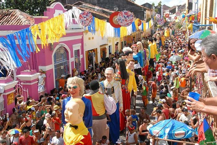 Grands figurines des hommes promenant dans les rues mexique, masque de carnaval, déguisement de carnaval chic