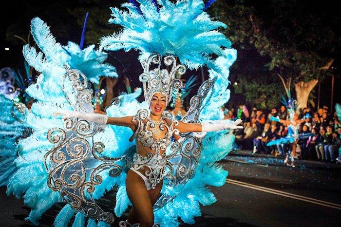 Le carnaval en Rio de Janeiro, femme en costume avec plumes, maillot de bain décoré d'ornements