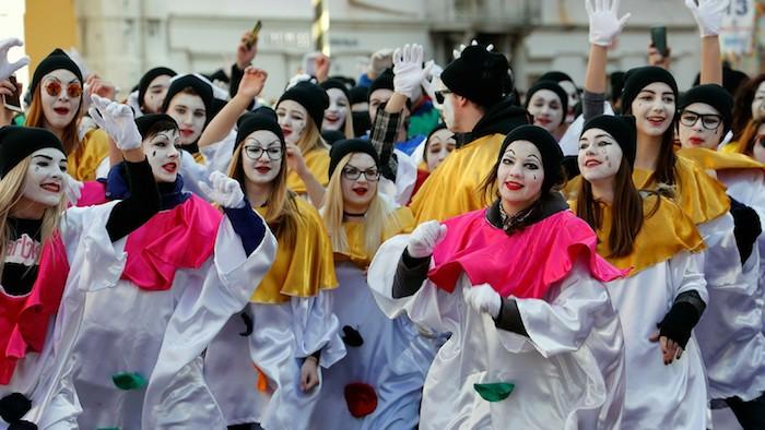 Carnaval en costumes blanc et noir avec col coloré, deguisement adulte femme, deguisement carnaval en commun