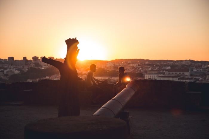 chose a faire en couple, jeune couple amoureux sur un toit avec vue sur la ville d'en haut et le coucher de soleil