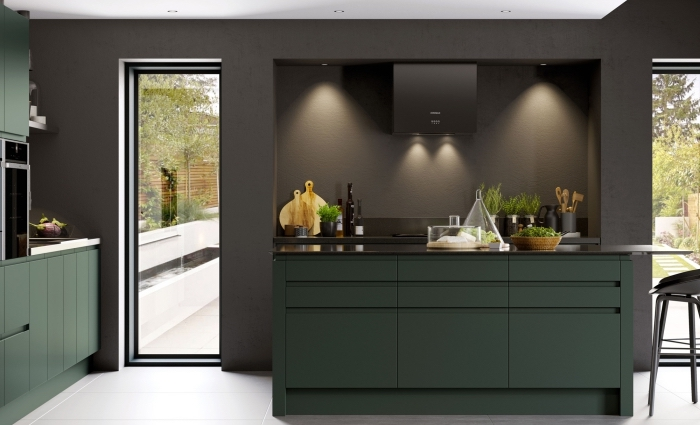 idée peinture cuisine foncée aux murs en gris anthracite avec plafond blanc, modèle îlot de cuisine en noir et vert foncé