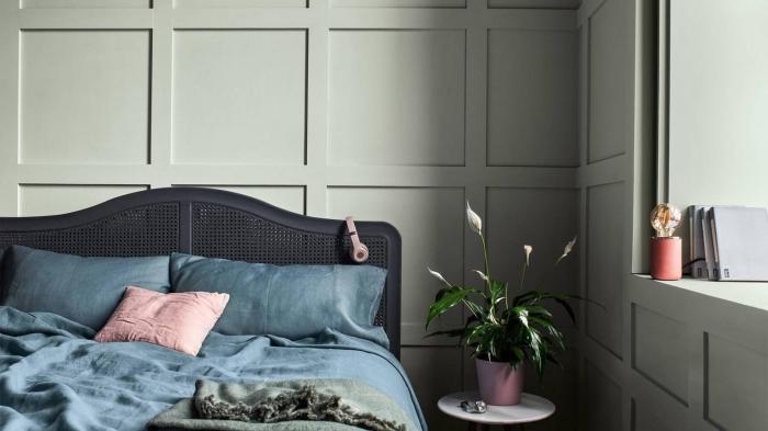 tendance couleur 2020 pour les murs dans une chambre moderne, design pièce aux murs vert olive avec accents bleu