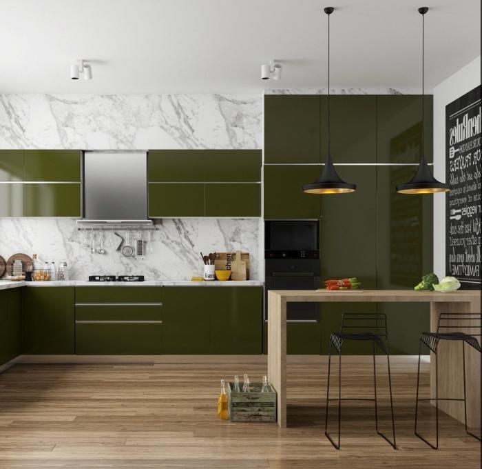 idée de couleur complémentaire du vert dans une cuisine moderne et stylée au sol stratifié avec crédence marbre