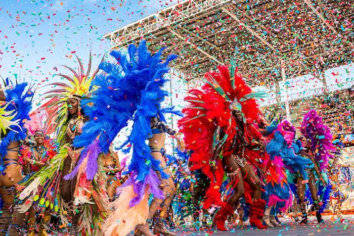 Confetti au ciel, costumes avec plumes pour faire la fête, deguisement femme, masque et costume bien accessoirisés