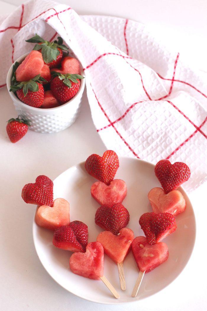 Adorables brochettes de fraise et mélon, rouge decor de table pour la saint valentin, coeur st valentin
