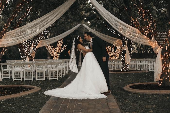 Guirlandes lumineuses sur les arbres, couple amoureux mariés, idée robe de mariée princesse