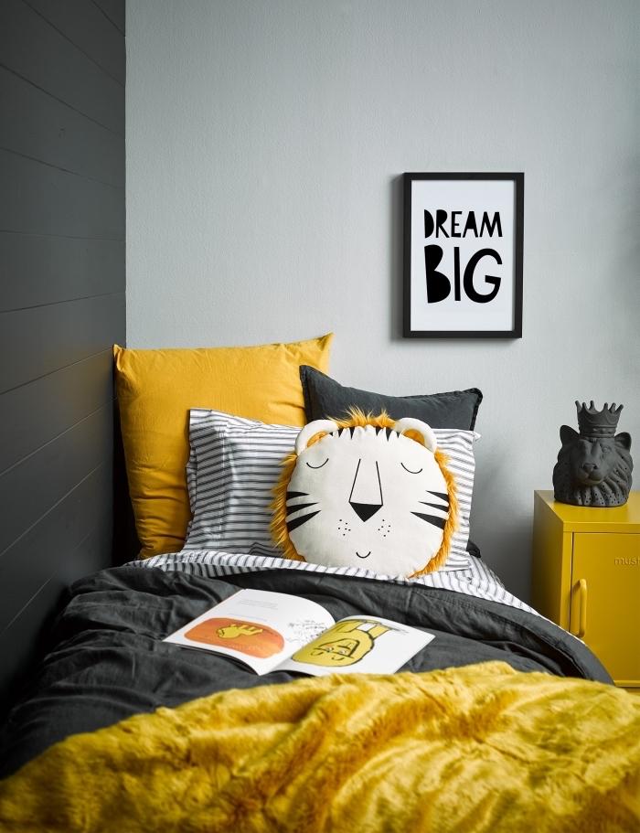 exemple comment réaliser une deco chambre bebe en nuances de gris avec accessoires de couleur jaune et blanc