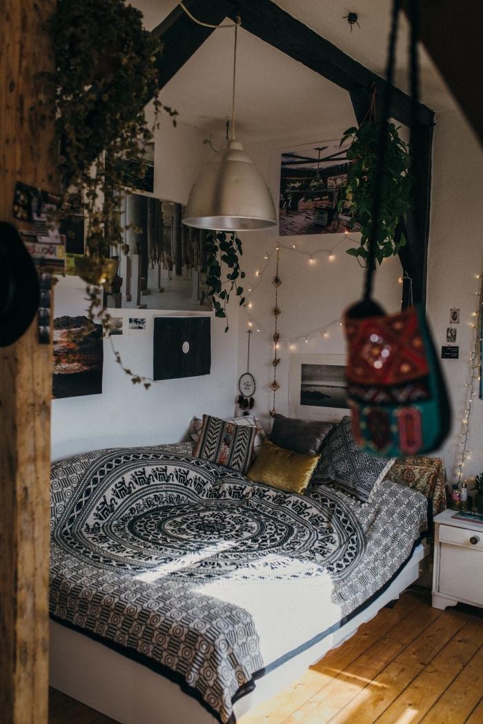 idée déco chambre adulte de style hippie chic, aménagement pièce blanche et parquet bois avec accents bohème chic