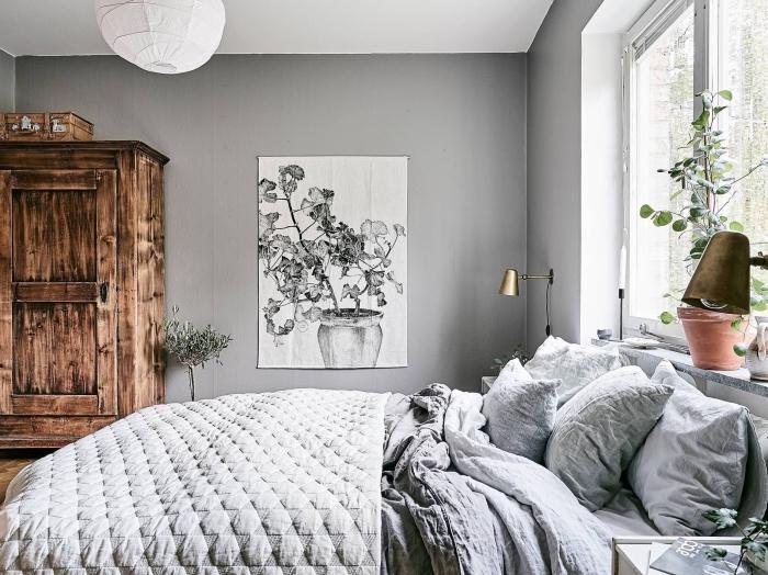 deco chambre moderne aux murs gris clair et plafond blanc avec mobilier en bois foncé, exemple comment bien décorer un lit minimaliste et cocooning