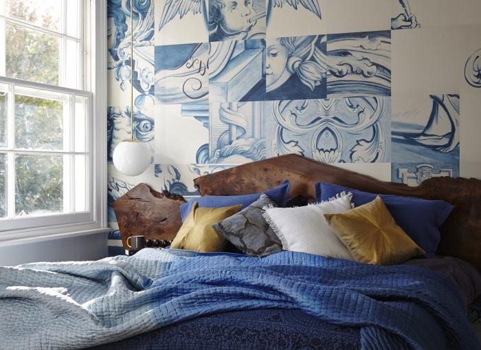 aménagement de chambre à coucher cozy aux murs avec dessins en blanc et bleu marins avec grand lit et tete de lit originale