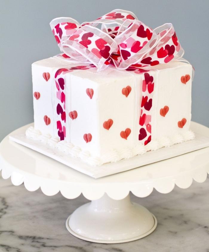 exemple de gâteau saint valentin fait maison à la vanille et au glaçage blanc, idée de gâteau en forme de cadeau