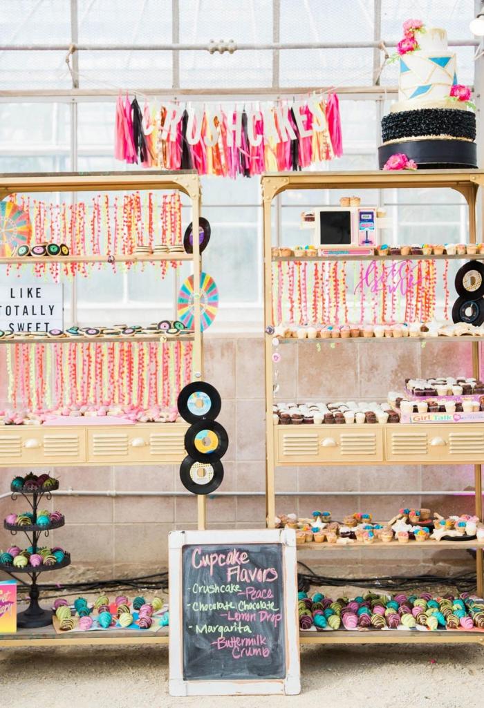 quelle déco pour un anniversaire 30 ans femme original, idée party femme avec déco en couleurs flashy et desserts