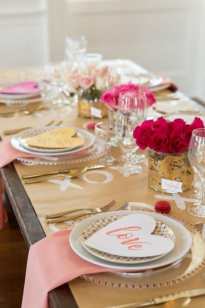 Doré et rose theme soirée saint valentin, soiree entre amies, deco table st valentin, coeur marque place, vases avec roses