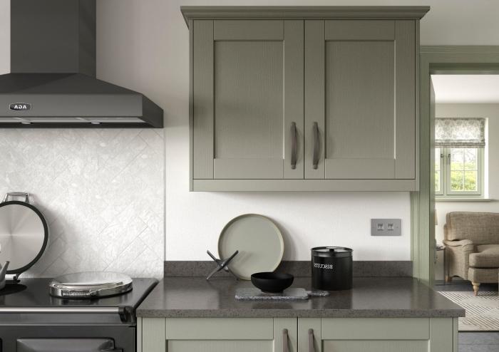 comment décorer une cuisine moderne en couleurs neutres avec meubles de nuance vert de gris et murs blancs