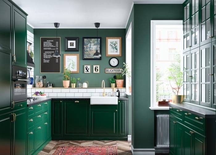 design cuisine moderne aux murs à peinture vert emeraude avec crédence carreaux blancs et meubles vert foncé