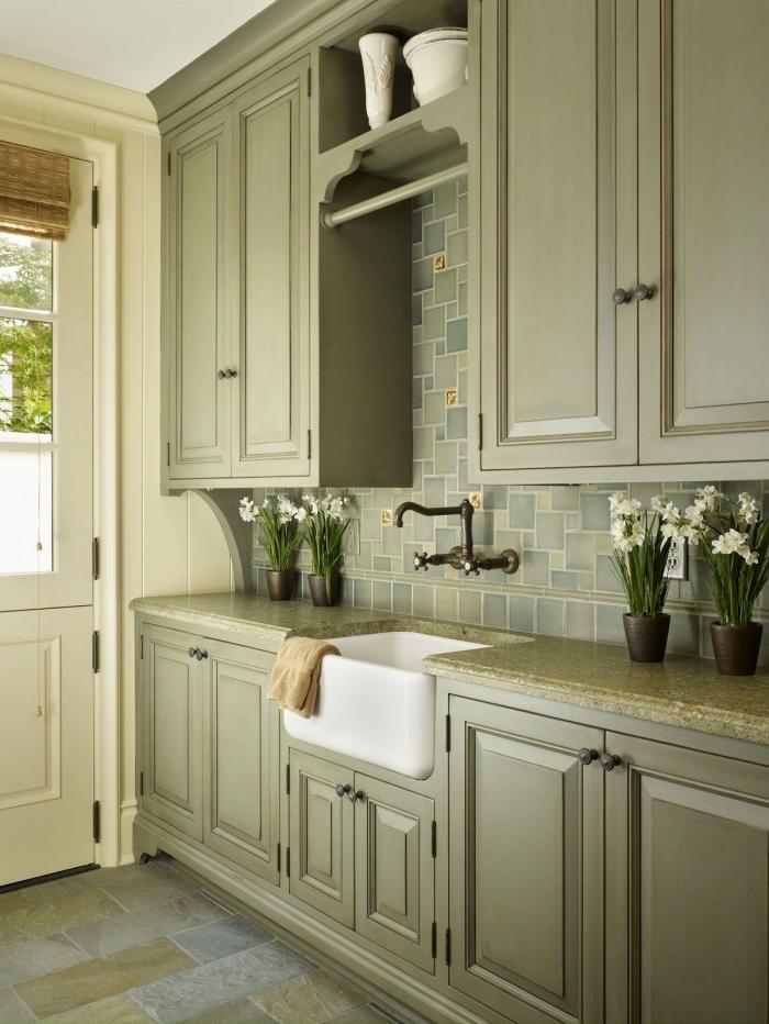 aménagement de cuisine avec meubles de couleur vert de gris, déco de cuisine traditionnelle avec meubles bois peint en vert
