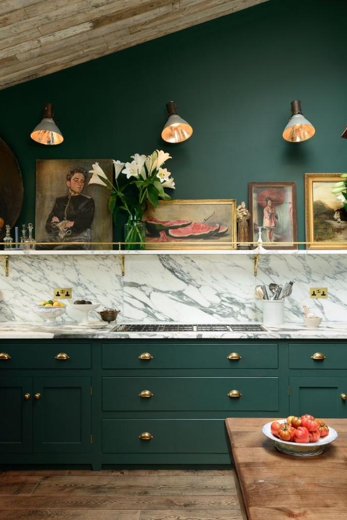 déco de cuisine aux murs à peinture vert foncé avec plafond et sol en bois foncé, modèle de crédence cuisine à effet marbre