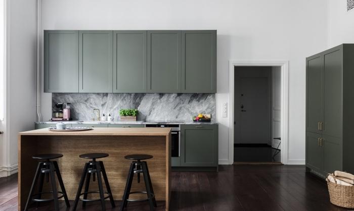 comment aménager une cuisine moderne au parquet bois foncé avec murs blancs et meubles de couleur vert de gris