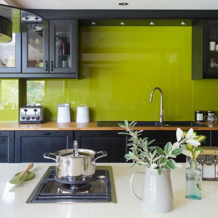 modèle de cuisine moderne aménagée en longueur avec îlot central, déco de cuisine en vert anis et gris anthracite