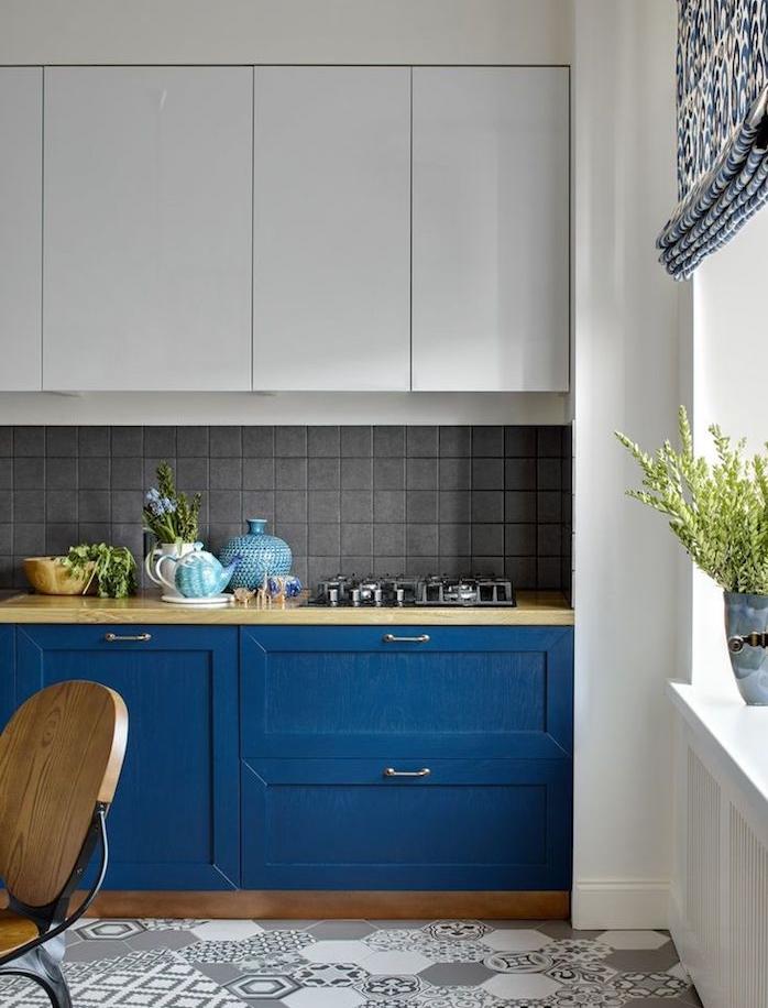 meuble bas salon de couleur bleue, plan de travail bois, carrelage sol gris et blanc, meuble haut blanc, couleur pantone 2020