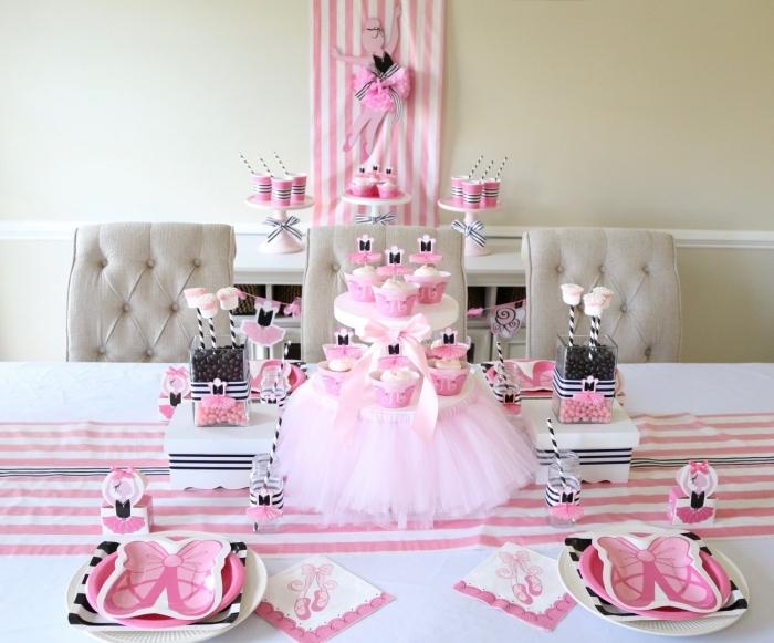 comment décorer une table d'anniversaire pour une petite fille sur le thème princesse, idées palette de couleur pour party filles, pliage de serviette princesse