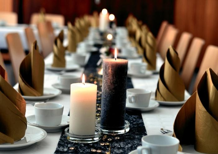 organiser un party d'anniversaire élégant, arrangement de table stylé en blanc et noir avec pliage de serviette simple en serviette dorée
