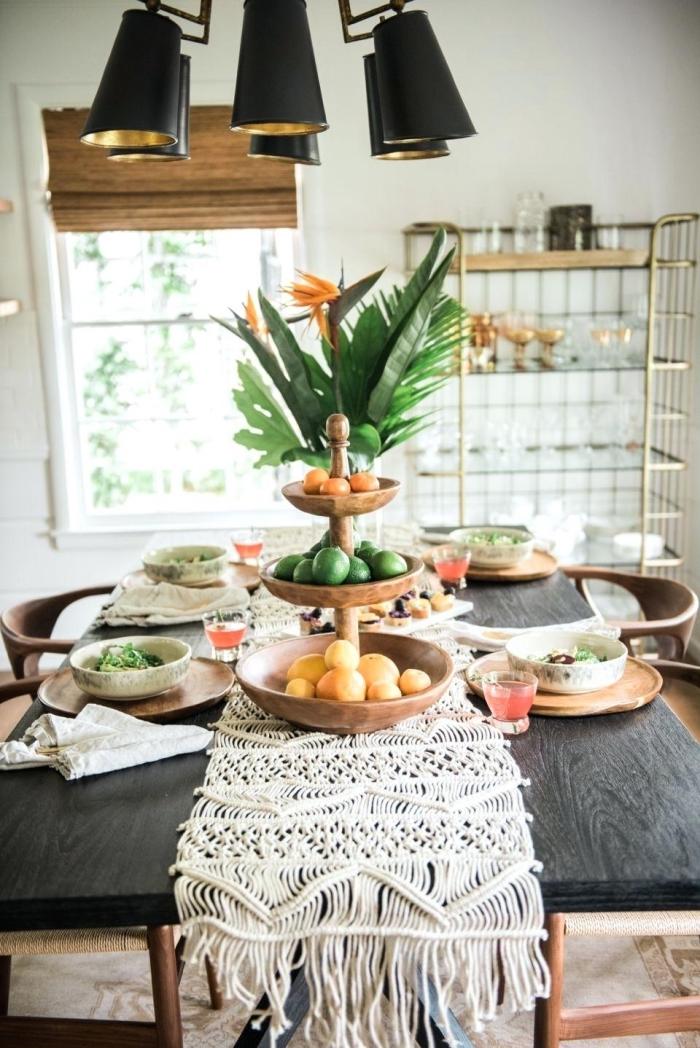 choix de style de decoration anniversaire adulte, table d'anniversaire bohème avec chemin macramé et vaisselle bois