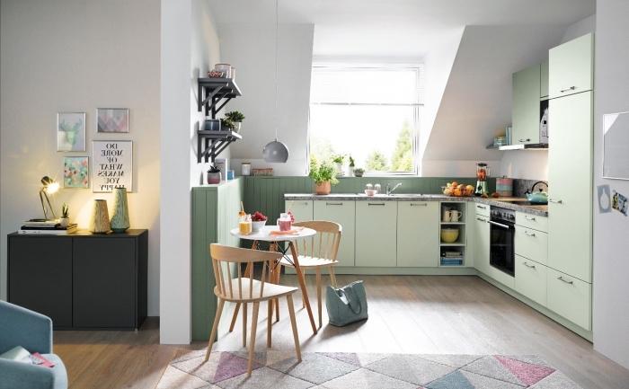 exemple comment aménager une cuisine sous pente avec meubles de couleur vert amande et plan de travail gris
