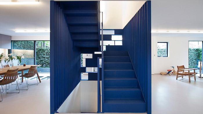 peinture cage escalier couleur bleu pour diviser un salon de la salle à manger de bois, murs blancs, verriere exerieure, nuancier pantone 2020