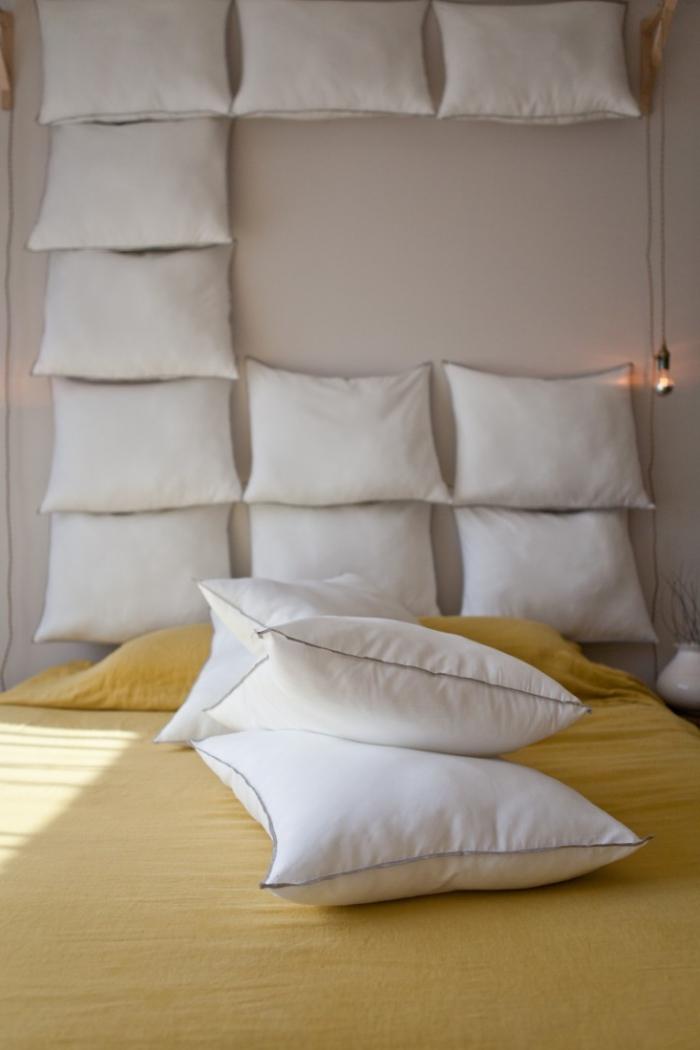 modèle de tete de lit a faire soi meme avec coussins blancs accrochés sur le mur, idée de déco cozy dans la chambre à coucher