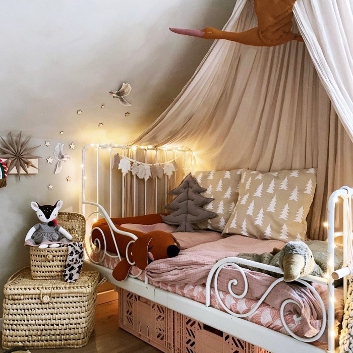exemple d'aménagement sous pente dans une pièce aux murs gris clair et parquet bois, idée de deco chambre bebe fille