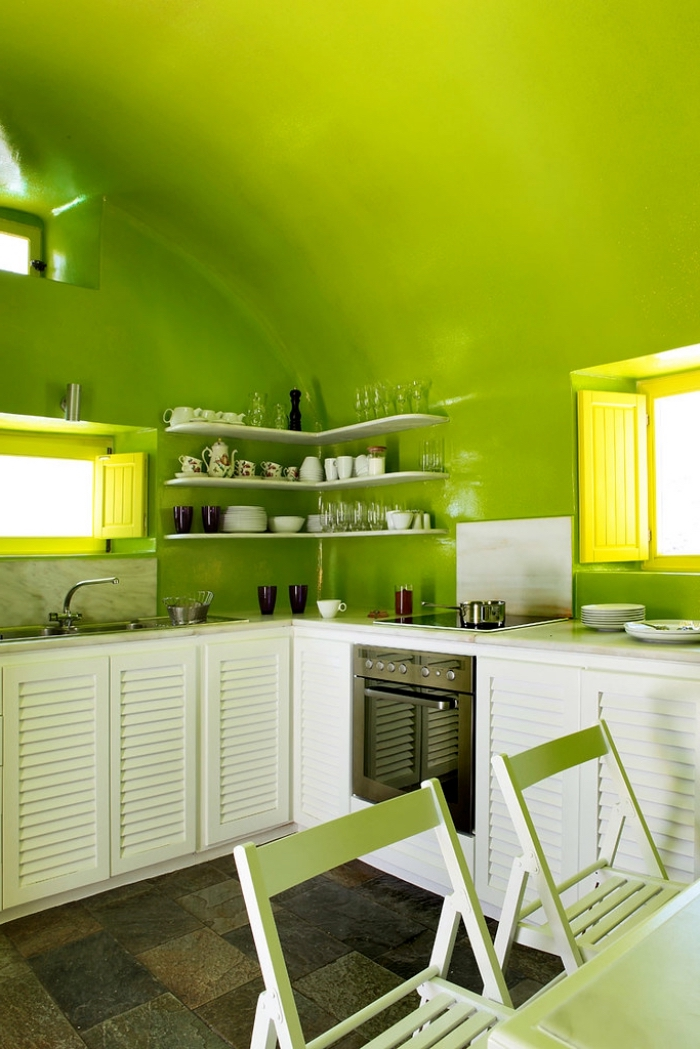 modèle de cuisine aux murs de peinture vert anis aménagée en L avec meubles de nuance blanche, idée couleur pour cuisine