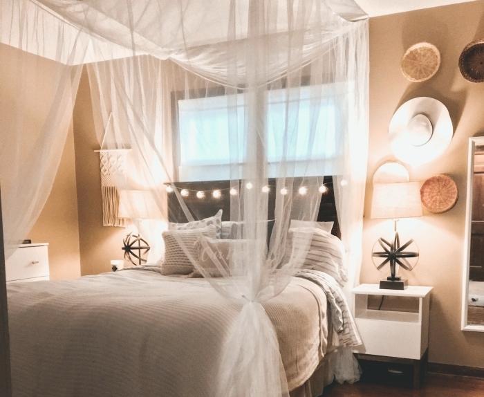 exemple de tete de lit fait maison avec planches de bois repeintes en noir et une guirlande lumineuse à petites bulles