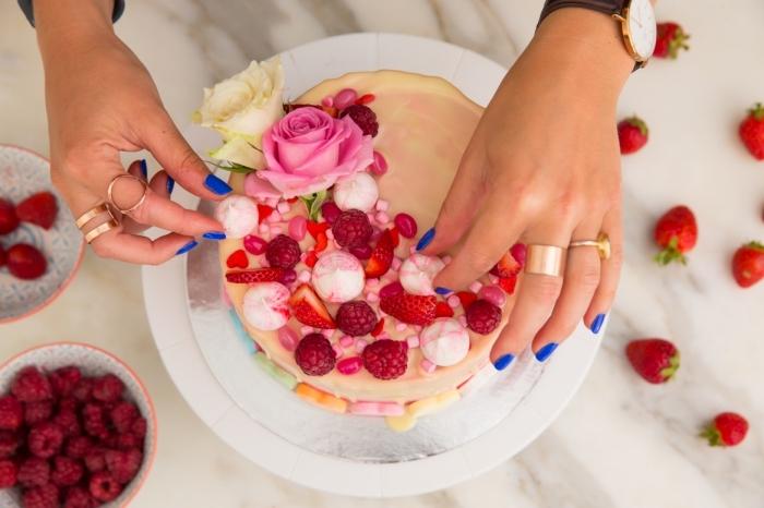technique de décoration culinaire facile avec fruits et meringues, recette facile pour le repas romantique de saint valentin