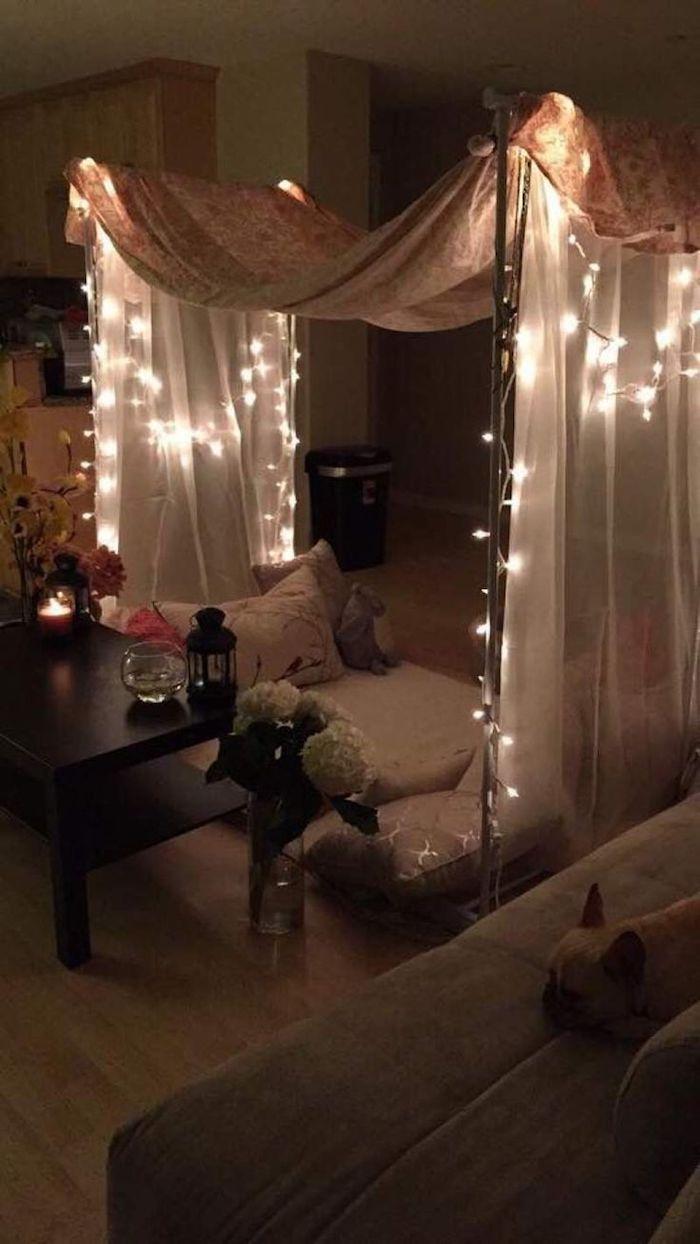 Guirlande lumineuse décorant une tente diy dans la chambre, romantique décoration saint valentin, idee saint valentin pour les amoureux