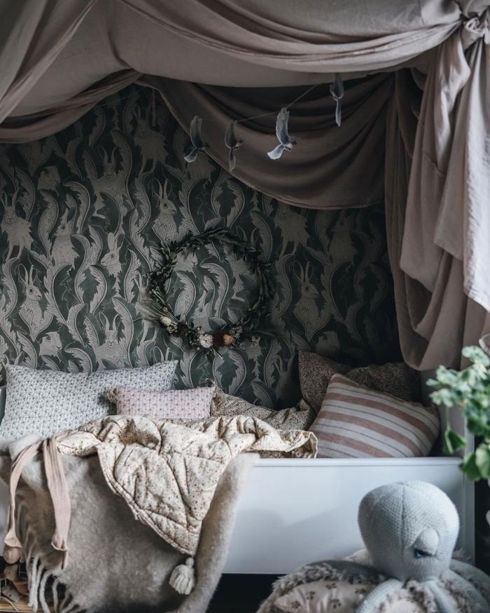 exemple de deco chambre fille avec lit baldaquin décoré de nombreux coussins en nuances neutres et pastel